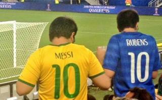 Hincha brasileño vistió la 10 de Brasil con el nombre de Messi