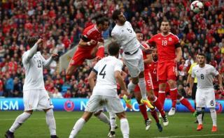 Gareth Bale marcó de cabeza para Gales tras impresionante salto