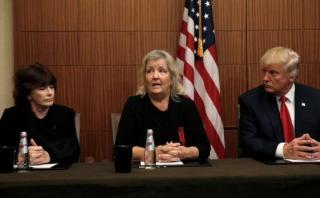 """Antes del debate, Trump aparece con """"acosadas"""" por Bill Clinton"""