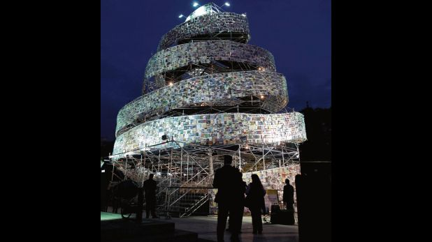 La Torre de Babel, hecha con 30.000 libros de distintos idiomas, en el 2012 en Buenos Aires. (Fuente: AP)
