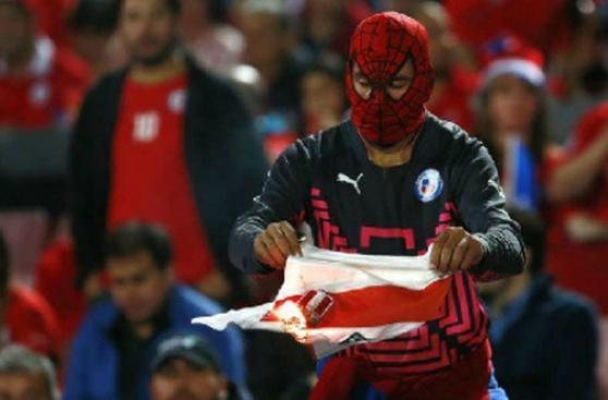 Selección: hincha chileno quemó camiseta de Perú en el estadio