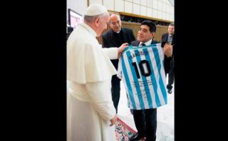 Diego Maradona obsequió camiseta argentina al Papa Francisco