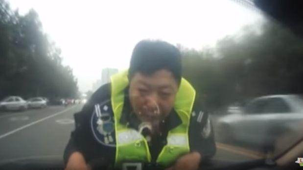 Arrastró a policía al negarse a prueba de alcoholemia [VIDEO]