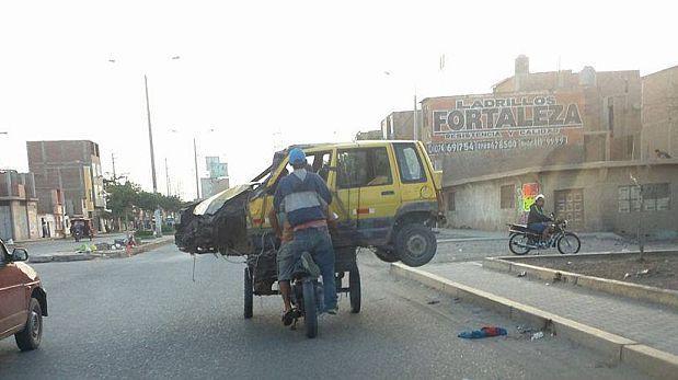 Transportan un auto 'Tico' y su dueño en un triciclo