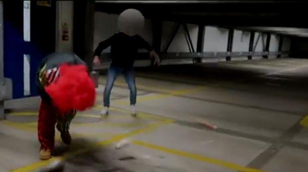Broma le sale mal a 'payaso asesino' y recibe dura golpiza