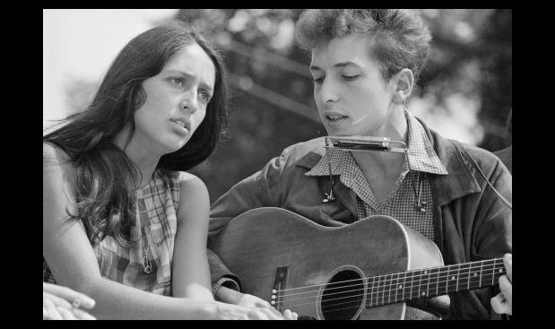 """Agosto de 1963. Joan Baez y Bob Dylan cantaron juntos en la marcha sobre Washington por el trabajo y la libertad, evento donde Martin Luther King pronunció su histórico discurso """"Yo tengo un sueño""""."""