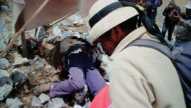 El cuerpo de Quintino Cereceda Huiza se encuentra envuelto en una bandera  peruana. A su alrededor se han colocado casquillos de balas, que serían de la Policía, así como los restos de bombas lacrimógenas. (Miguel Neyra/El Comercio)