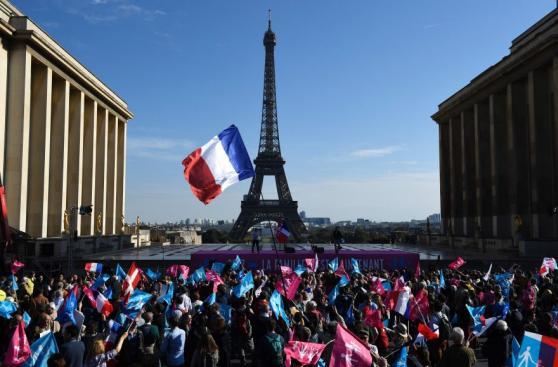 Miles de personas protestan en París contra el matrimonio gay