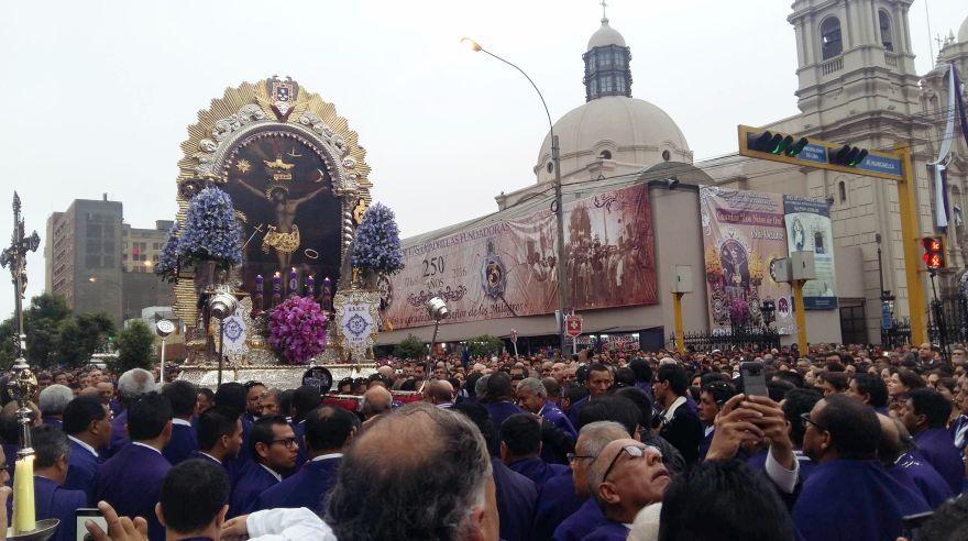La imagen del Señor de los Milagros salió a las calles de Lima esta mañana por segunda vez en el mes. (Pierina Chicoma)