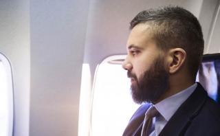 ¿Por qué las ventanas del avión no se alinean con los asientos?