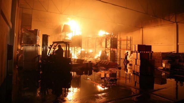Incendio arrasa medicamentos y archivos en almacén del Minsa