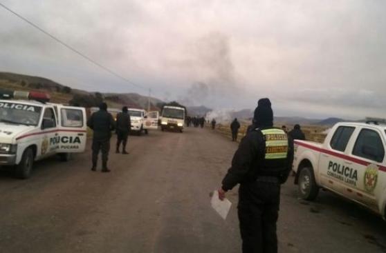 Comuneros y policías se enfrentan en paro contra minera en Puno