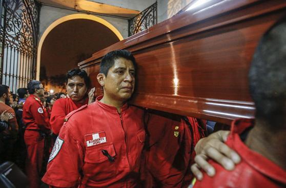 El velatorio de los tres bomberos fallecidos en incendio