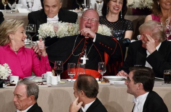 Clinton y Trump intercambian bromas en cena de caridad [FOTOS]