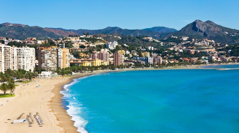 ¿Qué playas visitar? Por su ubicación en el extremo sur de España, Málaga tiene un clima mediterráneo con otoños e inviernos suaves. Si bien la temporada de verano terminó en setiembre, actualmente podrás gozar sin problemas de un paseo por las populares playas de La Malagueta, situada a 15 minutos a pie del centro, o la playa de El Palo, a aproximadamente 4 kilómetros de Málaga. (Foto: Shutterstock)