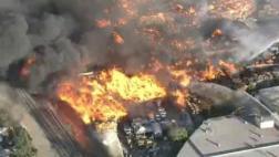 EE.UU.: Incendio consumió centro de reciclaje en California