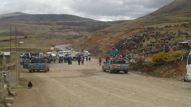 Miles de personas esperan a comisión del Ejecutivo en la comunidad de Quehuira (Foto: Miguel Neyra)