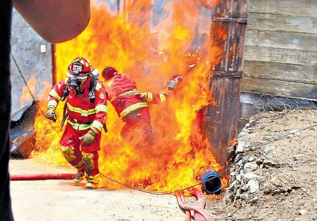 Una explosión reavivó las llamas en el taller de pinturas de Villa María del Triunfo cuando los bomberos estaban adentro. Esto ocurrió en enero del 2015. (USI)