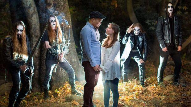 """Facebook: banda de black metal se """"cuela"""" en foto de novios"""