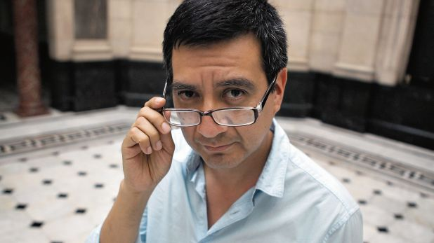 """Ricardo Sumalavia, escritor y académico peruano, es el más reconocido microficcionista del país. Entre sus libros del género se cuentan """"Enciclopedia mínima"""" (2004) y """"Enciclopedia plástica"""" (2016). (Foto: Consuelo Vargas)"""