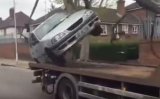 YouTube: quiso sacar su auto de la grúa y esto pasó [VIDEO]