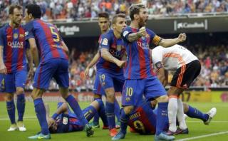Barcelona: reprochan actitud de jugadores culés tras botellazo
