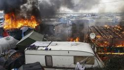 """Incendios en tercer día de evacuaciones en """"Jungla"""" de Calais"""
