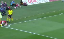 Se lanzó de cara para cuidar un balón y su pase terminó en gol