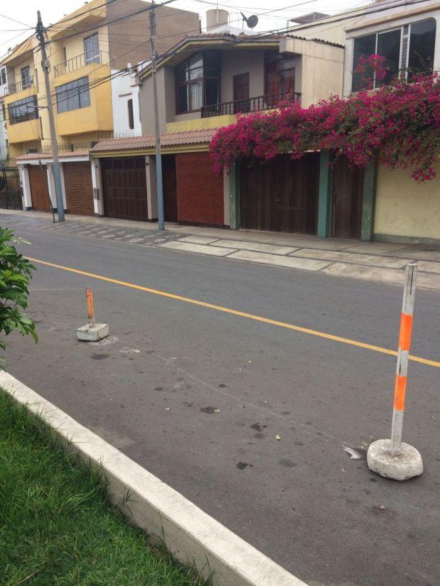 Bloques de concreto fueron colocados en la pista por un vecino, quien usa el espacio como parqueo. (Foto: WhatsApp)