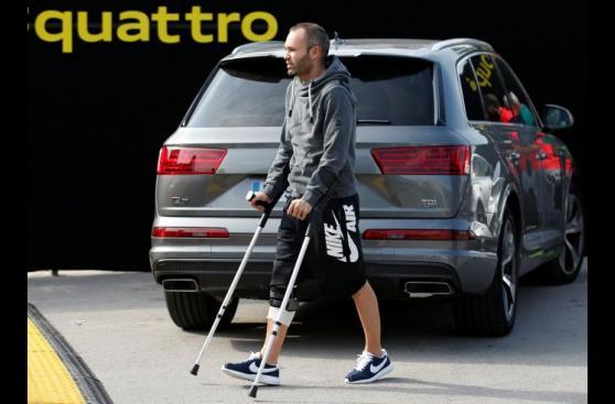 Barcelona: Andrés Iniesta reapareció con muletas tras lesión