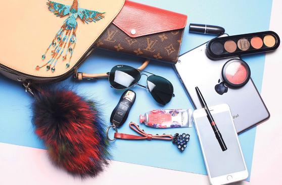 LIF Week por dentro: Qué llevan los diseñadores en sus bolsos