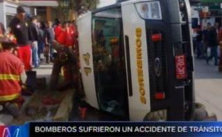 Ambulancia de bomberos se volcó al ser embestida por camioneta