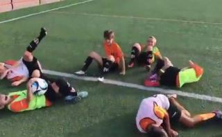 YouTube: niños de Valencia imitaron el botellazo a Neymar