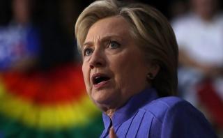 FBI obtiene orden para investigar correos de asesora de Clinton
