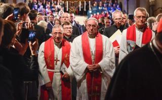 """Francisco llama a protestantes y católicos a """"pedir perdón"""""""