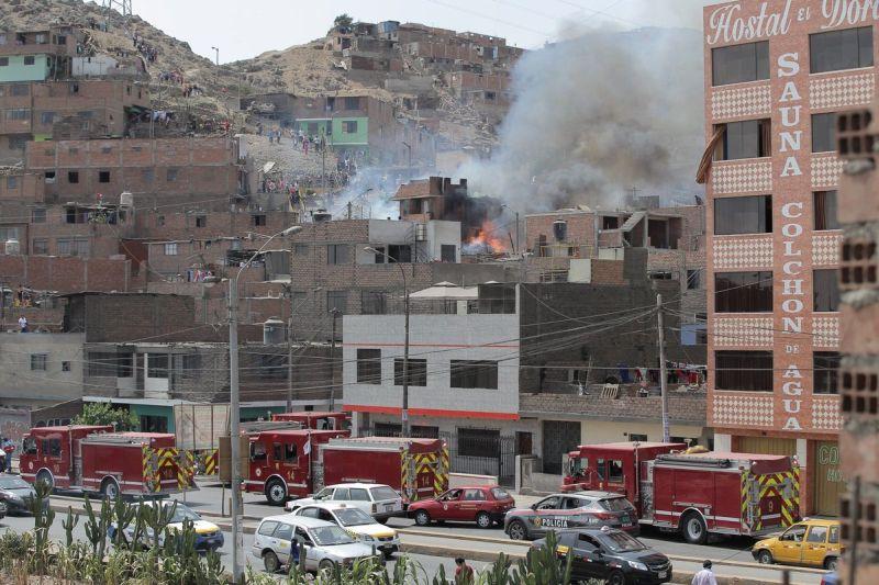 Diez unidades de los bomberos fueron enviados a la zona para controlar el incendio. (Twitter/@xocehr1)