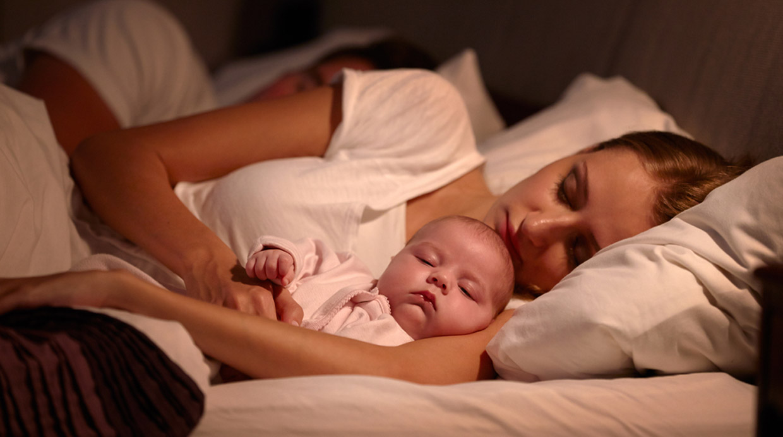 ¿Los bebes deben dormir en el cuarto de sus padres?