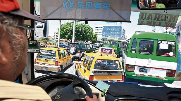 El transporte masivo de ómnibus y taxis ha incrementado el caos en las calles arequipeñas. (Foto: Archivo El Comercio)