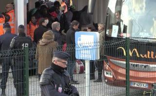 """Francia evacúa a 1.500 niños migrantes de la """"Jungla"""" de Calais"""