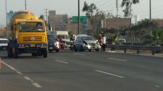 Cinco vehículos estuvieron involucrados en el choque. (Foto: WhatsApp)