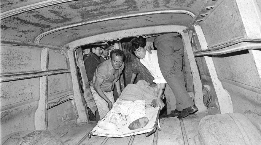 El cuerpo de una de las víctimas de la masacre del 3 de noviembre de 1991 es subido a una camioneta. (Foto: Archivo Histórico de El Comercio)