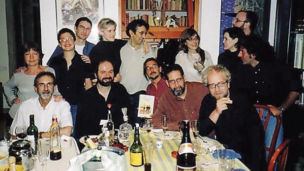 Entre otros, A. G. Porta, Juan Villoro, Ignacio Echevarría, Claudio López Lamadrid, Rodrigo Fresán y Roberto Bolaño (al centro) con Carmen Pérez de Vega. (Foto: Archivo Bolaño 1977-2003)