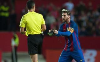 Lionel Messi se enojó por amonestación y lanzó su botín [VIDEO]