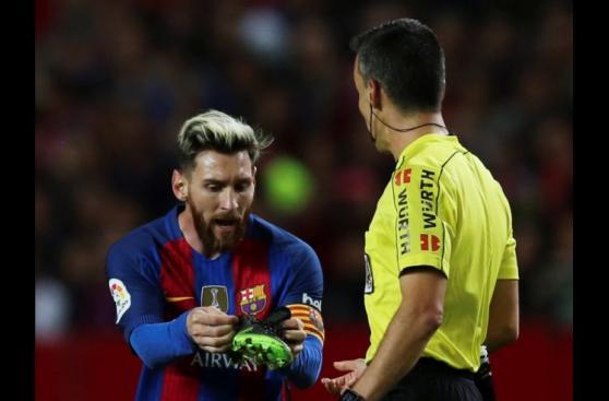 Lionel Messi pierde chimpún, es amonestado y desata su ira