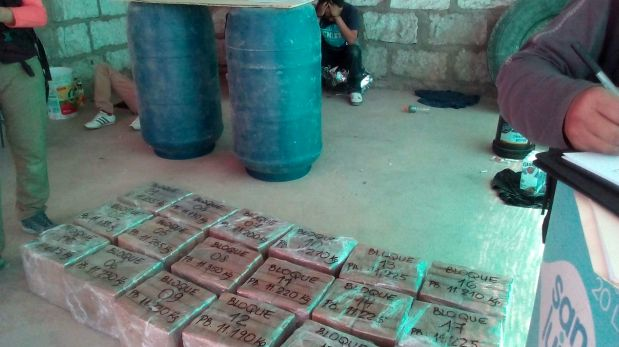 """Tres ciudadanos mexicanos fueron detenidos la noche del domingo en la ciudad de Arequipa en posesión de 180 """"ladrillos"""" de cocaína. (Foto: Carlos Zanabria)"""