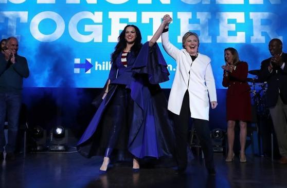 Katy Perry cantó en mitin de Hillary Clinton [FOTOS]