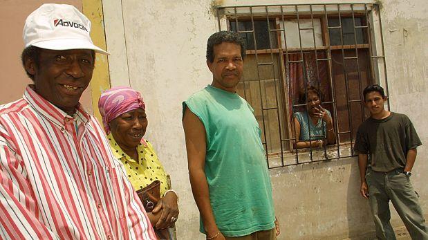 LIMA, 21 DE NOVIEMBRE DEL 2001VISITA A LA COLONIA DE CUBANOS QUE VIVEN EN VILLA EL SALVADOR. ELLOS FUERON EXILIADOS DE SU PAIS AL TOMAR LA EMBAJADA DEL PERU EN 1980. FOTO: DANTE PIAGGIO / EL COMERCIO