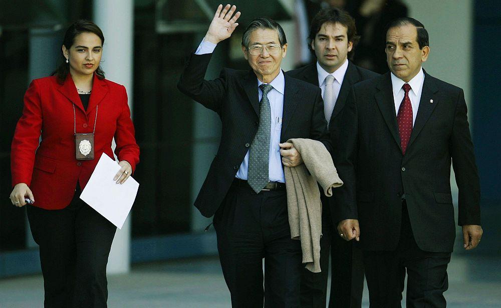 Alberto Fujimori es conducido por agentes de la policía de Chile (Foto: AP)