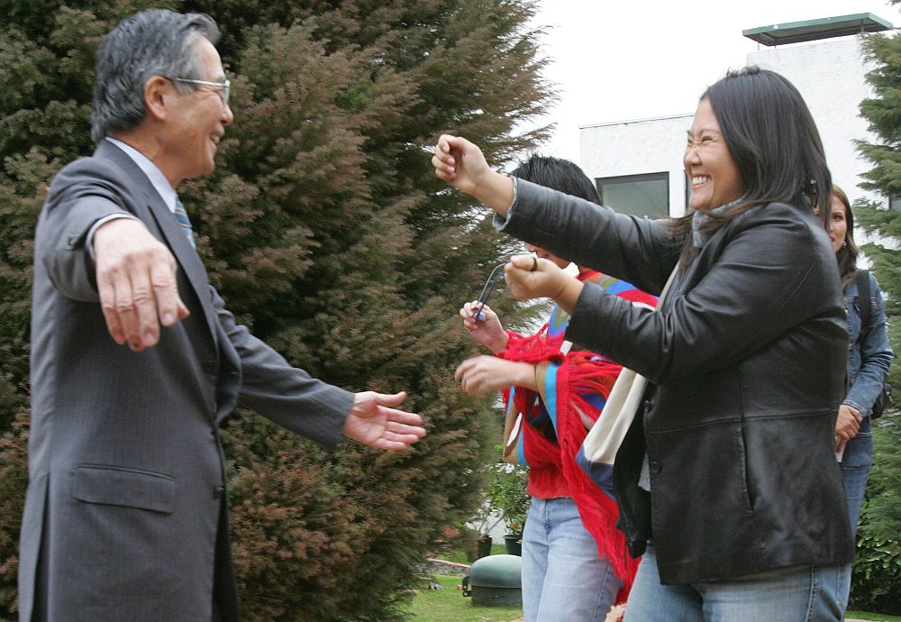 El ex mandatario y su hija Keiko se encuentran en junio del 2006, ya en la casa que alquiló para pasar su prisión domiciliaria. (Foto: AFP)