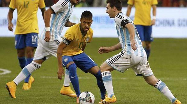 La particular forma de Brasil para defender un tiro de Lionel Messi